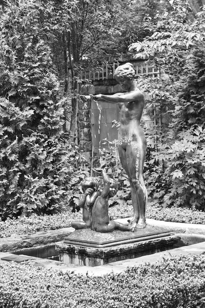 Had to give the statues a B&W treatment.  Not sure which I prefer, but I did like the statue.