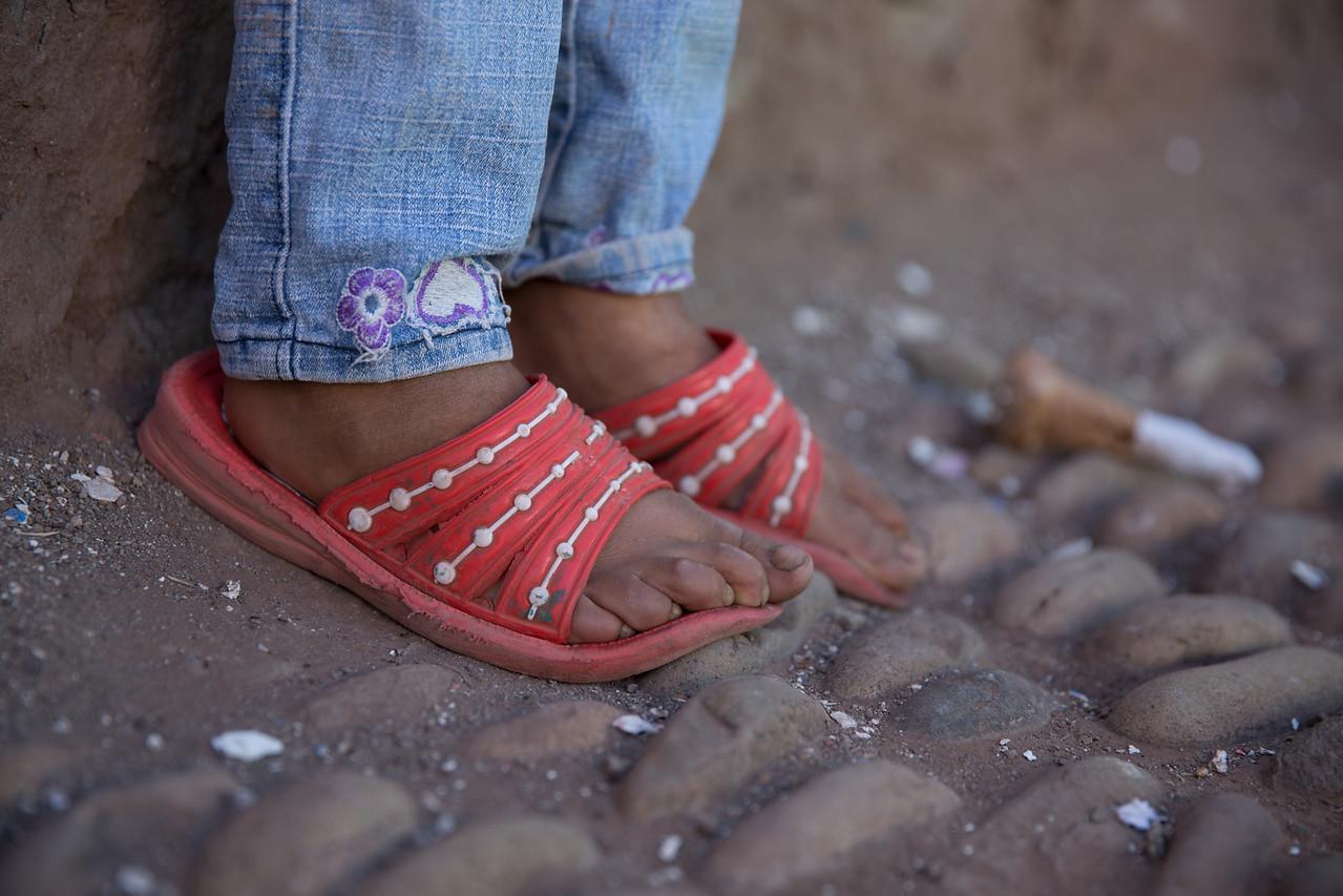 Tiny feet on the Cobblestones of Oropesa.