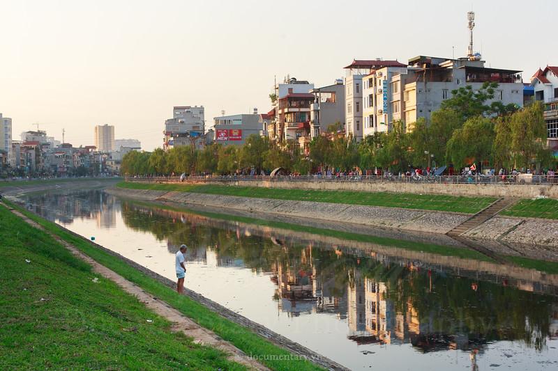 Thảm cỏ bên bờ sông Tô Lịch