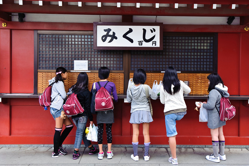 Japanese girls by the Senso-ji temple