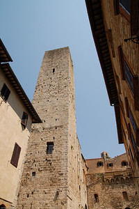 "15 dieser ""Geschlechtertürme"" gibt es in der Stadt,... / There are 15 Family-Towers in the town,..."