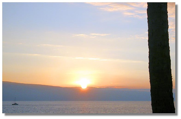 Sun sinks behind Lanai