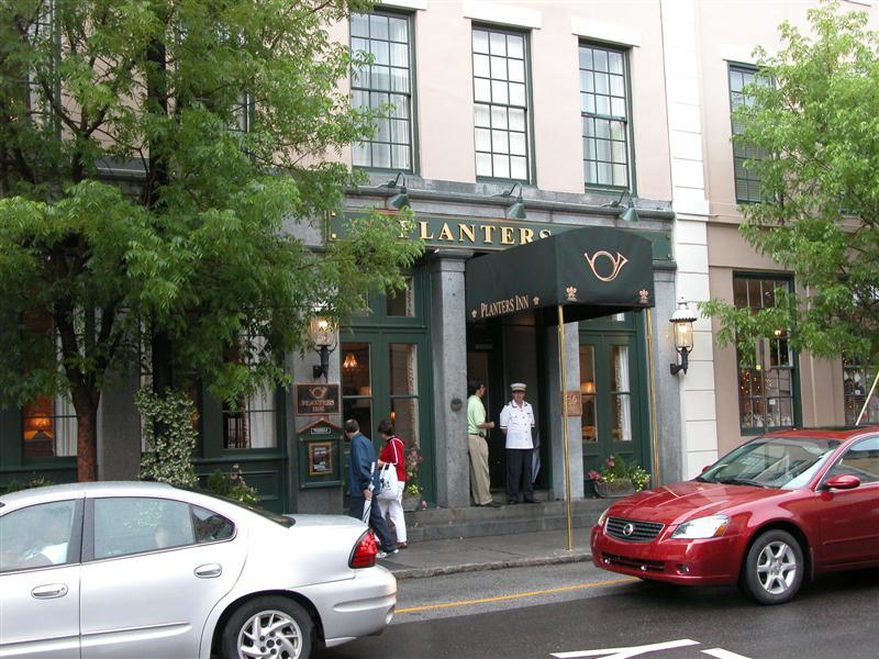 Planter's Inn front entrance