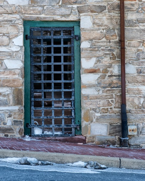 Streetside view of the jailhouse courtyard doorway.