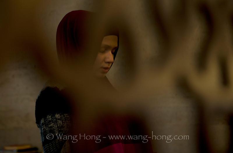 Young lady praying at Süleymaniye Camii.