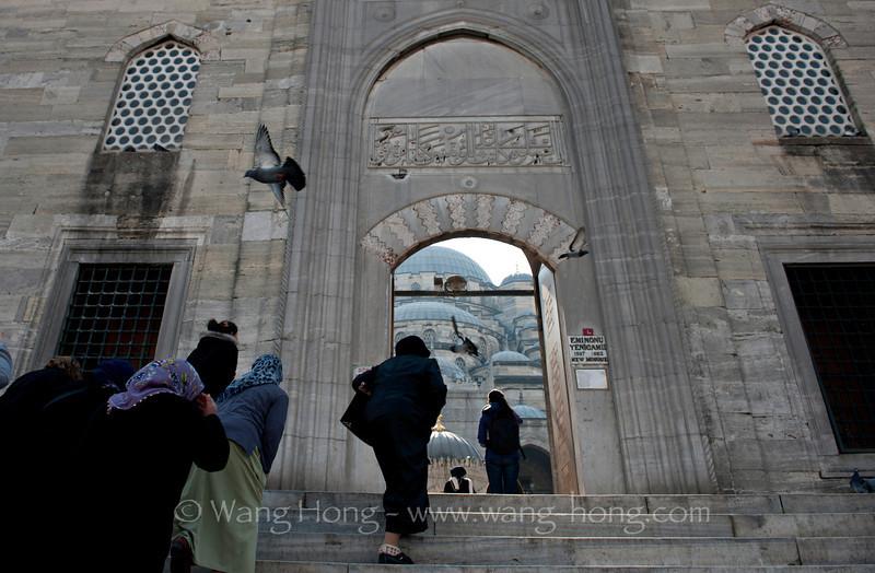 Women going up to the Yeni Camii Sunday morning.