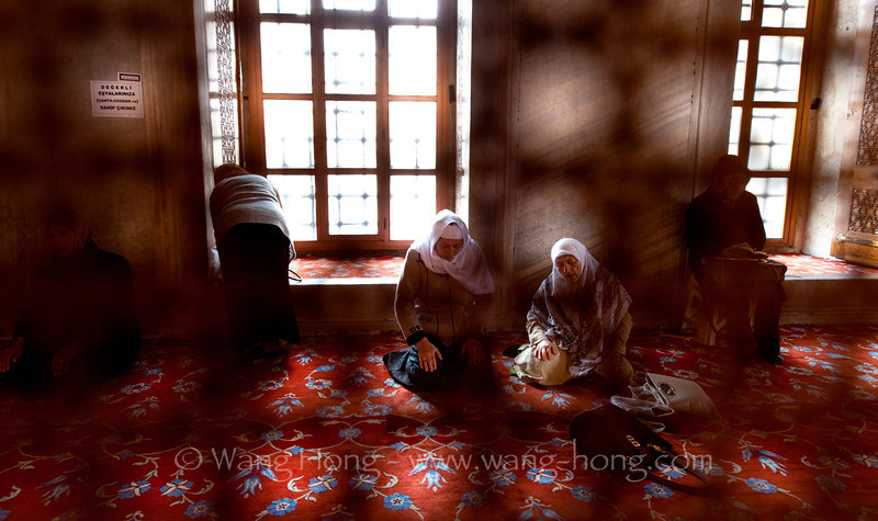 """Women praying at Sultanahmet Camii, the """"Blue Mosque"""" in Istanbul."""
