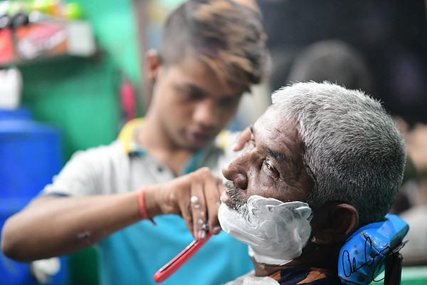 the straight razor lives on in delhi