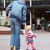 Endearing to see how this father walks in order to keep his daughters hand. Ontroerend om te zien hoe de man loopt om de hand van zijn dochtertje vast te kunnen houden.