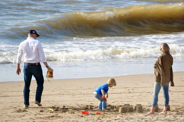 Serie A family plays on the beach / een gezin speelt op het strand
