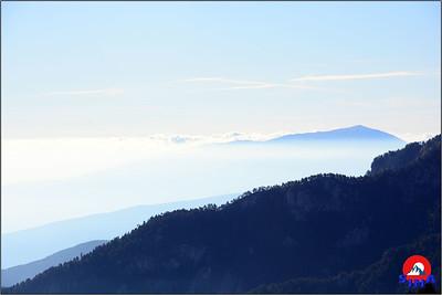 U daljini izmaglica i niži grebeni Olimpa