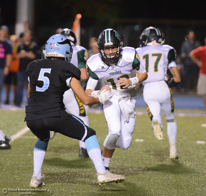 . Paradise\'s Colby Cline runs towards Pleasant Valley\'s Daniel Chavez during a football game October 6, 2017 in Chico, California. (Emily Bertolino -- Enterprise-Record)