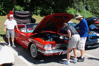 Auto enthusiasts admire the engine in Names '66 thunderbird
