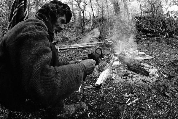 Don Eraldo Rial sebando unos amargos en el campamento. Río Bravo 2006