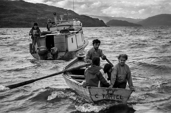 Llegando a la orilla con un clima hostil es parte del día a día en la vida de los pobladores. Los Landeros llegando a su campo en el Ventisquero Jorge Montt