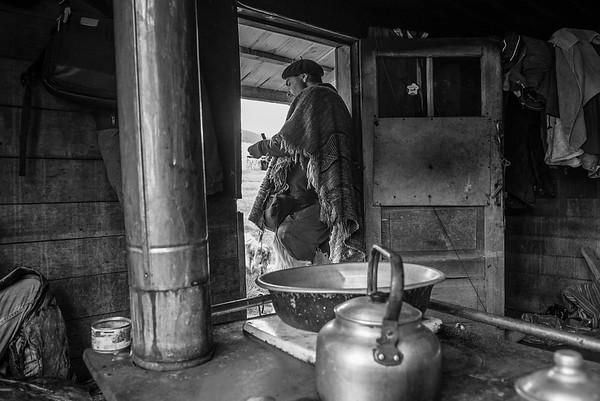 Felipe Diaz en la casa donde nació y vivió su padre de niño. Hoy es el puesto en las montañas donde el puestero vive cuidando las vacas en la veranada. Mallín Grande 2017