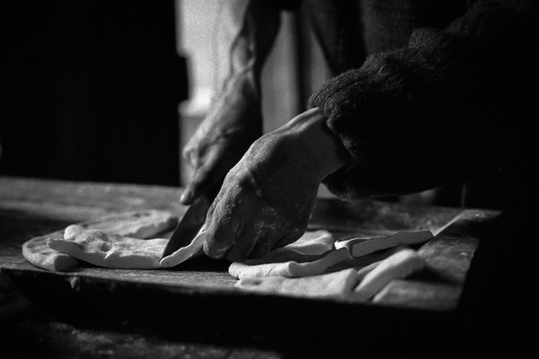 Don Eraldo cortando las tortas que luego se frien en grasa de cordero o vaca. Río Bravo 2006