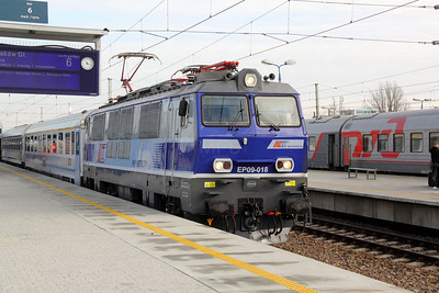 EP09 018 at Warsaw Wschodnia on 2nd November 2012