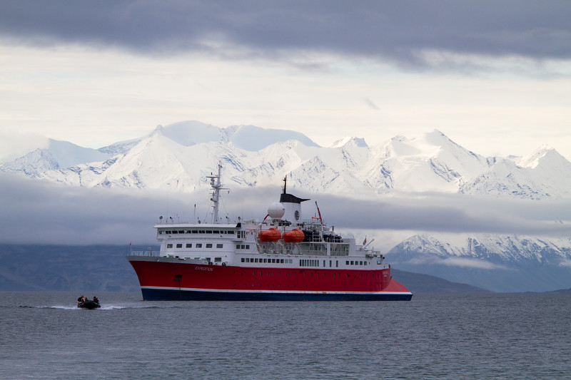 M/S Expedition, Surrounded