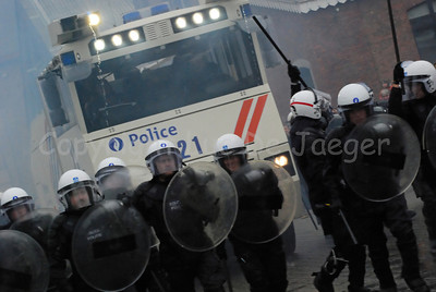 Officers of the federal police in full riot gear in front of the brand new Ziegler WaWe 9 water cannon.