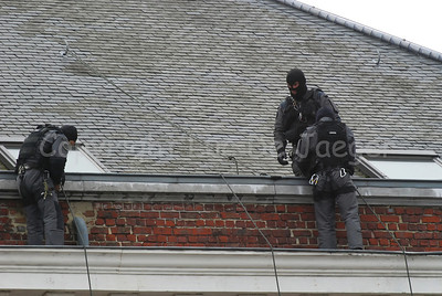 Members of the Special Intervention Squadron (SIE) on the roof of a building.