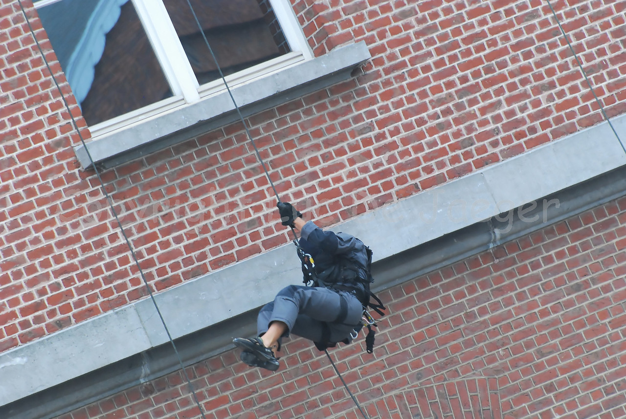 Descent on rappel by members of the Special Intervention Squadron.