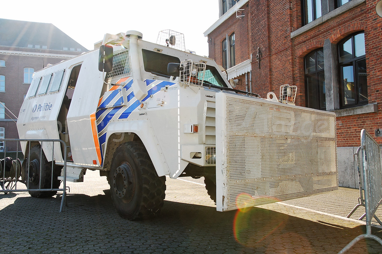 The Armoured Personnel Carrier (APC) Shorland 600 can transport 8 officers and a driver in the most difficult circumstances.