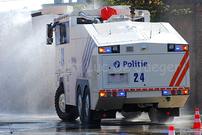 The brand new Ziegler Wawe 9 water cannon at work. The Ziegler water cannons will replace the MOL MSB18 6x6 vehicles.