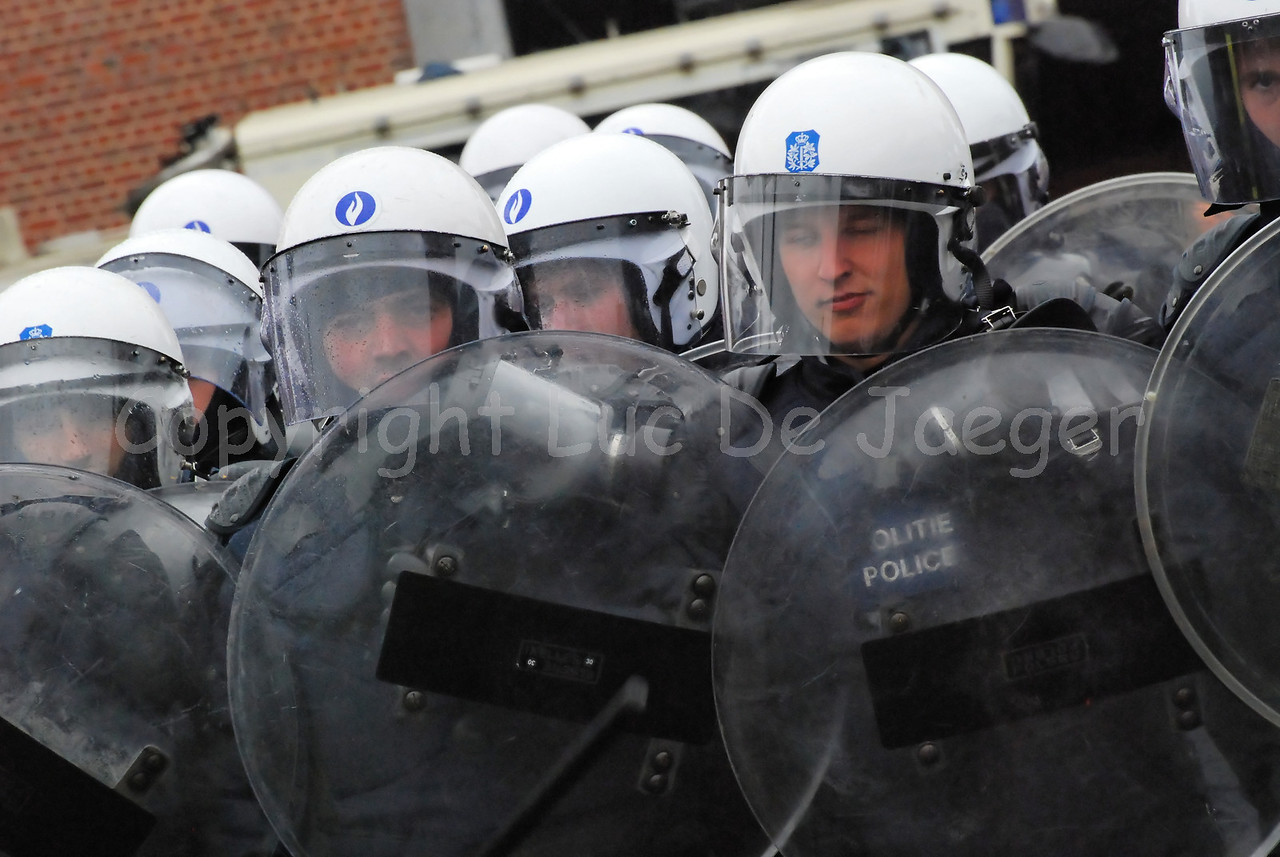 Officers of the federal police in full riot gear.