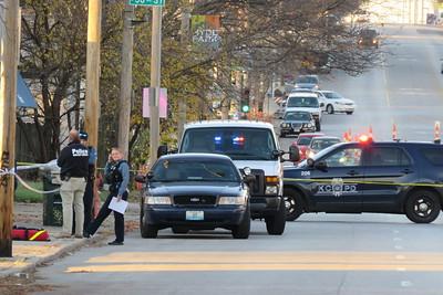 Kansas City, MO police investigate a crime scene on Troost near 35th Street in Nov. of 2020. Carlos Moreno photo.