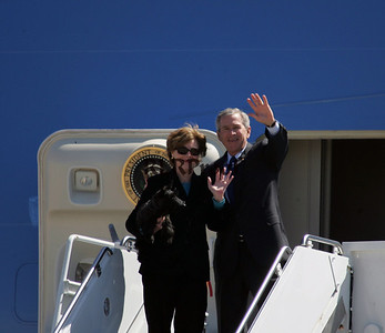 President and Mrs Bush Wave Easter week departure