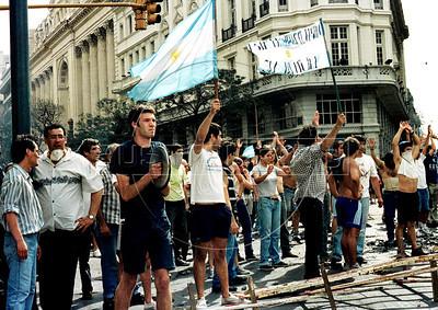 Manifestantes protestan en Plaza de Mayo, Buenos Aires, Argentina, diciembre 20, 2001. (Austral Foto/Renzo Gostoli)