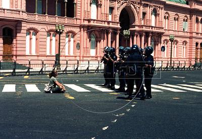 Una manifestante enfrenta a la policia en Plaza de Mayo, Buenos Aires, Argentina, diciembre 20, 2001. (Austral Foto/Renzo Gostoli)
