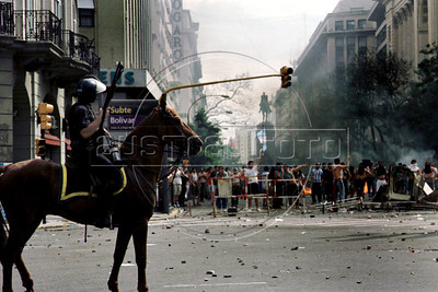 Policia reprime a manifestantes en Plaza de Mayo, Buenos Aires, Argentina, diciembre 20, 2001. (Austral Foto/Renzo Gostoli)