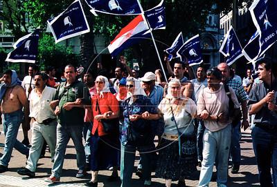 Madres de Plaza de Mayo hacen manifestacion en la Plaza de Mayo, Buenos Aires, Argentina, diciembre 20, 2001. (Austral Foto/Renzo Gostoli)