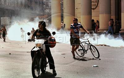 Represion policial durante los disturbios en Plaza de Mayo, Buenos Aires, Argentina, diciembre 20, 2001. (Austral Foto/Renzo Gostoli)