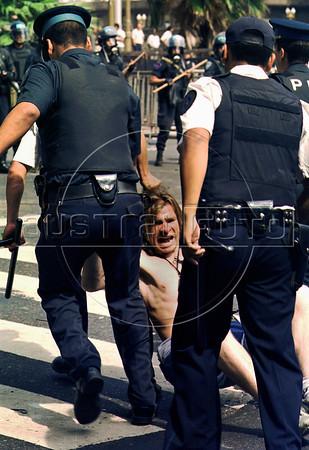 Policias arrastran a un manifestante en Plaza de Mayo, Buenos Aires, Argentina, diciembre 20, 2001. (Austral Foto/Renzo Gostoli)