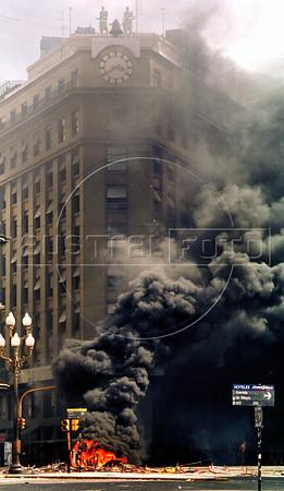 Incendio provocado por manifestantes Av. Roque Saenz Pena,  Buenos Aires, Argentina, diciembre 20, 2001. (Austral Foto/Renzo Gostoli)