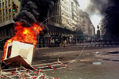 Incendio provocado por manifestantes en Av.Roque Saenz Pena, Buenos Aires, Argentina, diciembre 20, 2001. (Austral Foto/Renzo Gostoli)