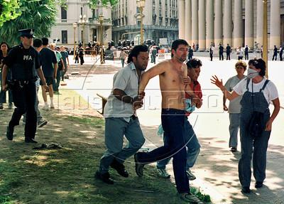 Policias de civil detienen a un manifestante en Plaza de Mayo, Buenos Aires, Argentina, diciembre 20, 2001. (Austral Foto/Renzo Gostoli)