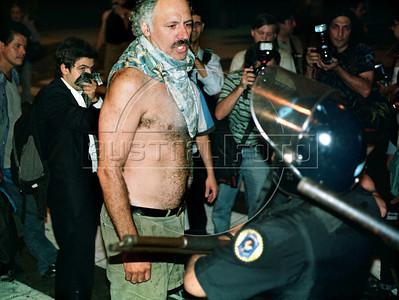 Un manifestante enfrenta a la policia en Plaza de Mayo, Buenos Aires, Argentina, diciembre 19, 2001. (Austral Foto/Renzo Gostoli)