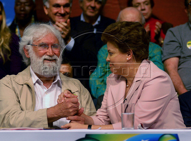 Presidential candidate Dilma Roussef of PT, Partido dos Trabalhadores, (Workers Party), right, and Brazilian theologian Leonardo Boff, left, participate at a meeting with artists and intellectuals, Rio de Janeiro, Brazil, october 18, 2010. Brazil will hold presidential elections on October 31. (Austral Foto/Renzo Gostoli)