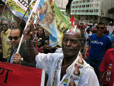 Workers attend a campaign rally for Presidential candidate Dilma Roussef of PT,  Partido dos Trabalhadores, (Workers Party) in a central avenue, Rio de Janeiro, Brazil, October 21, 2010. Brazil will hold presidential elections on October 31. (Austral Foto/Renzo Gostoli)