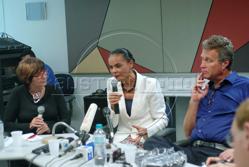Presidential candidate Marina Silva, center, of the Green Party speaks between Mery Galanternik, left, and Alfredo Sirkis (right), one of founders of Green Party, during a press conference with foreign media correspondents, Rio de Janeiro, Brazil,  August 20, 2010. Brazil will hold presidential elections on October 3.. (Austral Foto/Renzo Gostoli)
