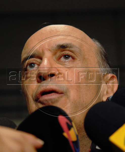 Brazilian presidential candidate for the PSDB party Jose Serra,  talks to journalists and supporters during a campaign rally at Santos Dumont airport,  Rio de Janeiro, Brazil, September 26, 2010. (Austral Foto/Renzo Gostoli)