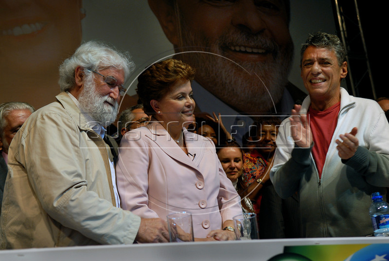 Presidential candidate Dilma Roussef of PT, Partido dos Trabalhadores, (Workers Party), center,  Brazilian singer and composer Chico Buarque de Hollanda, right, and Brazilian theologian Leonardo Boff greet supporters during a meeting with artists and intellectuals, Rio de Janeiro, Brazil, october 18, 2010. Brazil will hold presidential elections on October 31. (Austral Foto/Renzo Gostoli)