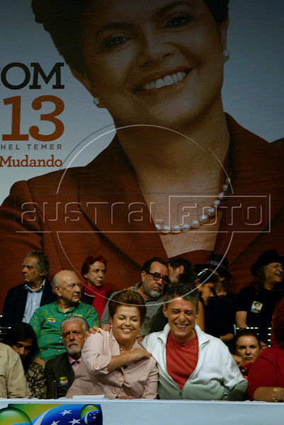 Presidential candidate Dilma Roussef of PT, Partido dos Trabalhadores, (Workers Party), left, and Brazilian singer and composer Chico Buarque de Hollanda, right, greet supporters during a meeting with artists and intellectuals, Rio de Janeiro, Brazil, october 18, 2010. Brazil will hold presidential elections on October 31. (Austral Foto/Renzo Gostoli)