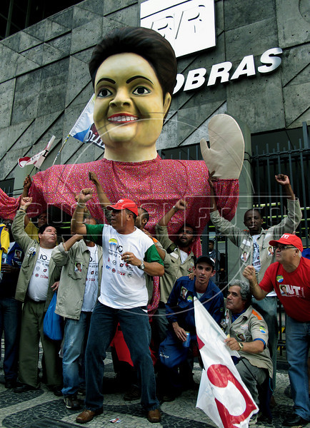 Workers attend a campaign rally for Presidential candidate Dilma Roussef of PT,  Partido dos Trabalhadores, (Workers Party) in front of Brazilian state oil company Petrobras building, Rio de Janeiro, Brazil, October 21, 2010. Brazil will hold presidential elections on October 31. (Austral Foto/Renzo Gostoli)