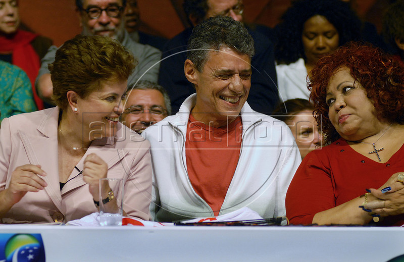 Presidential candidate Dilma Roussef of PT, Partido dos Trabalhadores, (Workers Party), left, Brazilian singer and composer Chico Buarque de Hollanda, center, and Brazilian singer Alcione, right, gesture during a meeting with artists and intellectuals, Rio de Janeiro, Brazil, october 18, 2010. Brazil will hold presidential elections on October 31. (Austral Foto/Renzo Gostoli)
