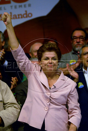 Presidential candidate Dilma Roussef of PT, Partido dos Trabalhadores, (Workers Party), greets supporters during a meeting with artists and intellectuals, Rio de Janeiro, Brazil, october 18, 2010. Brazil will hold presidential elections on October 31. (Austral Foto/Renzo Gostoli)